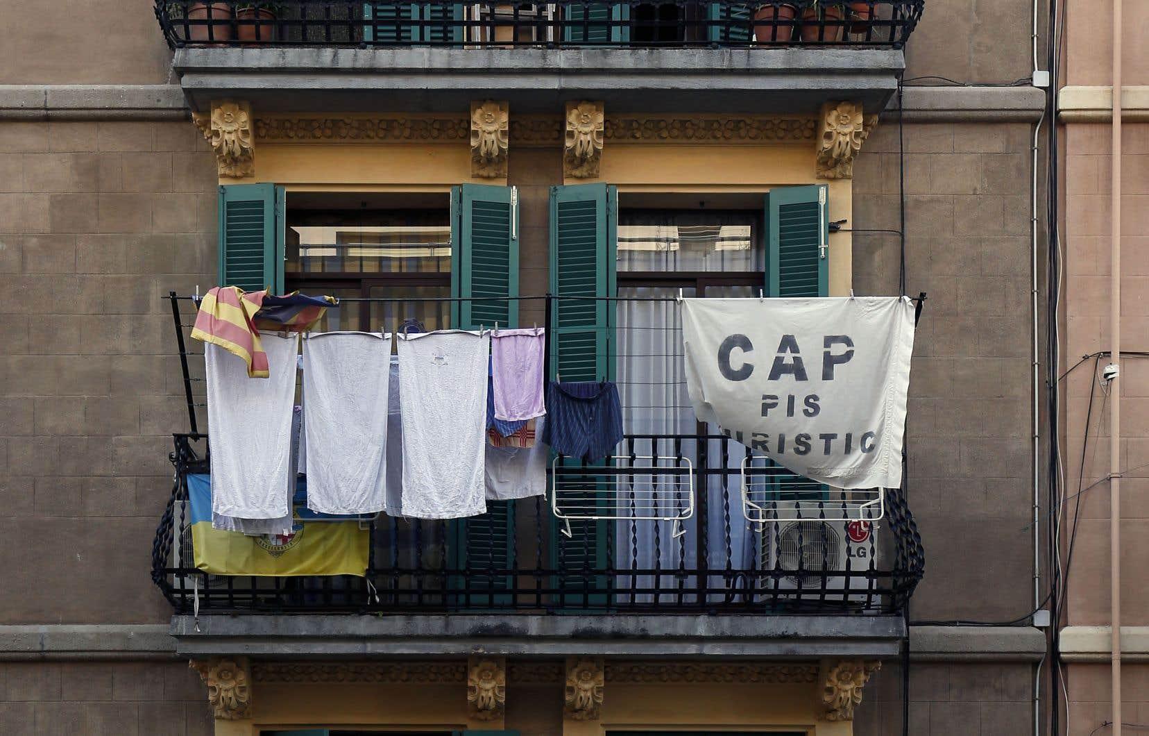 Dans la ville de Barcelone, des bannières dénoncent la location massive d'appartements par des touristes.