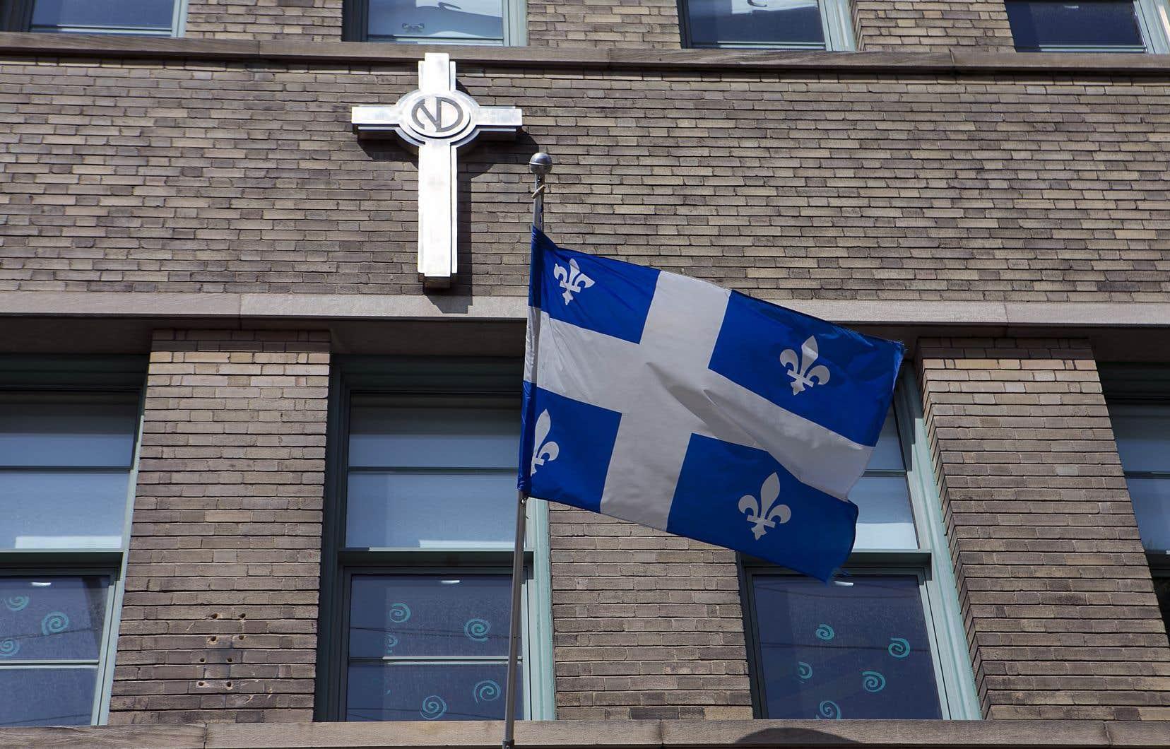 Un crucifix sur la façade le l'école La Petite-Patrie, à Montréal. Un amendement ajouté à la dernière minute dans les heures précédant l'adoption de la Loi sur la laïcité de l'État, en juin, empêche tout citoyen de demander le retrait d'un symbole religieux.