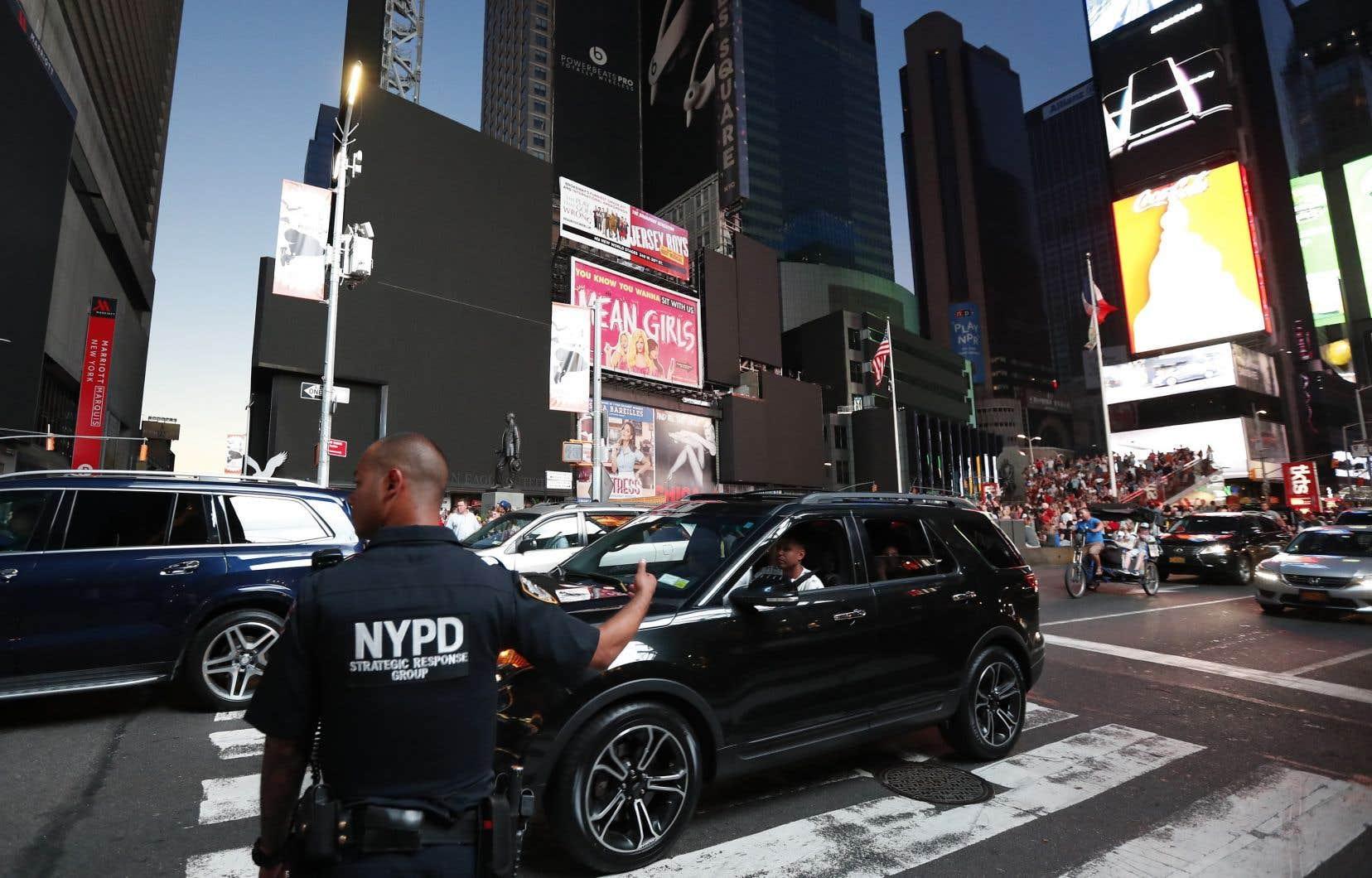 Un policier dirige la circulation dans le quartier de Times Square, touché par la panne d'électricité.