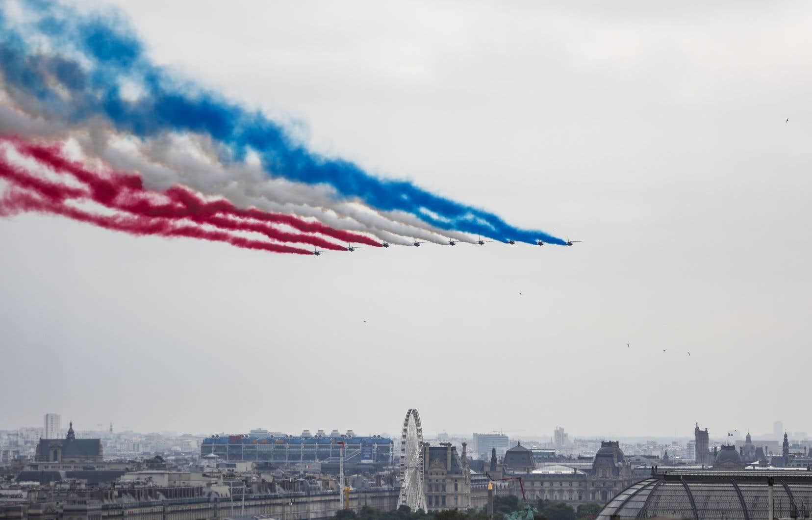 <p>Le défilé aérien, ouvert par l'emblématique panache de fumigènes bleu-blanc-rouge de la Patrouille de France, intégrait un avion de transport A400M allemand et un C130 espagnol.</p>