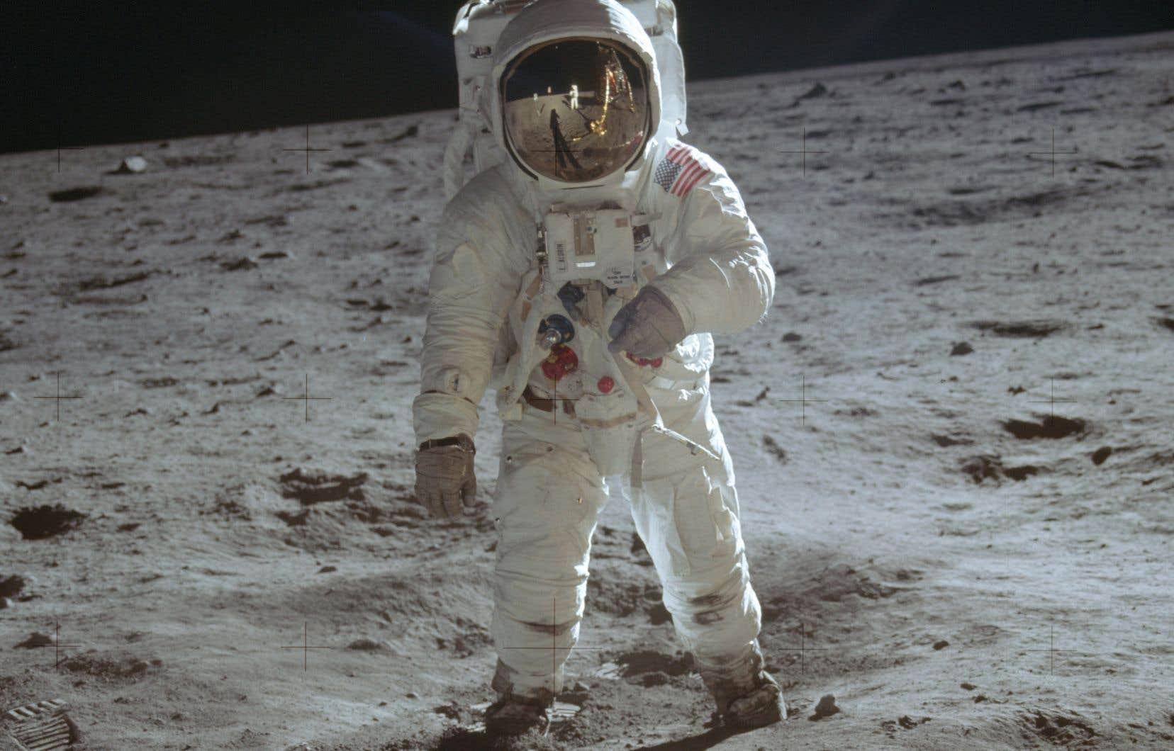 «Après Apollo 11, la NASA a dirigé cinq autres missions réussies vers la Lune. Cela fait qu'un total de 12 êtres humains, dans le cadre de six missions, ont marché sur la Lune entre juillet 1969 et décembre 1972», rappelle l'auteur.