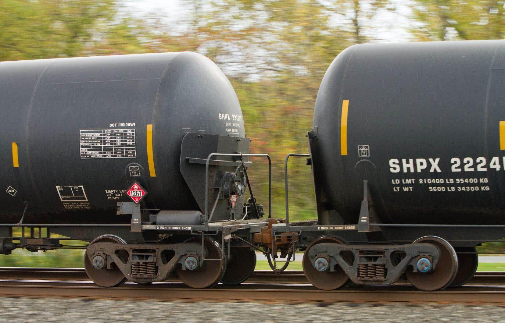 Ici,des wagons-citernes DOT-111Aéquipés de boucliers en acier pour empêcher la perforation des citernes en cas de déraillement.