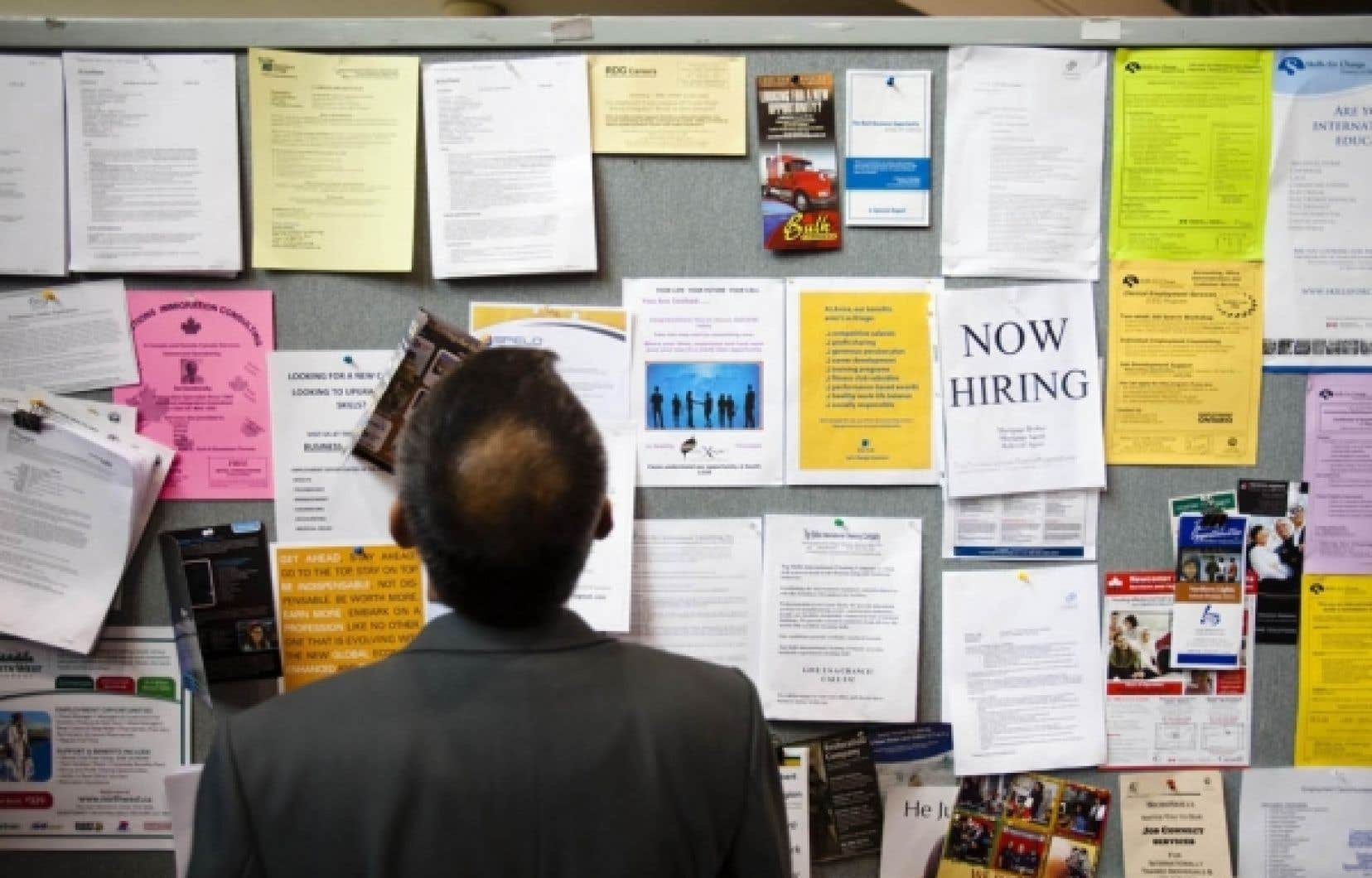 Un homme consulte les offres d'emploi affichées sur un tableau. Les chômeurs n'auront bientôt plus droit aux prestations supplémentaires adoptées durant la crise. De plus, employeurs et travailleurs risquent de payer plus cher pour assurer la pérennité du régime d'assurance-emploi.