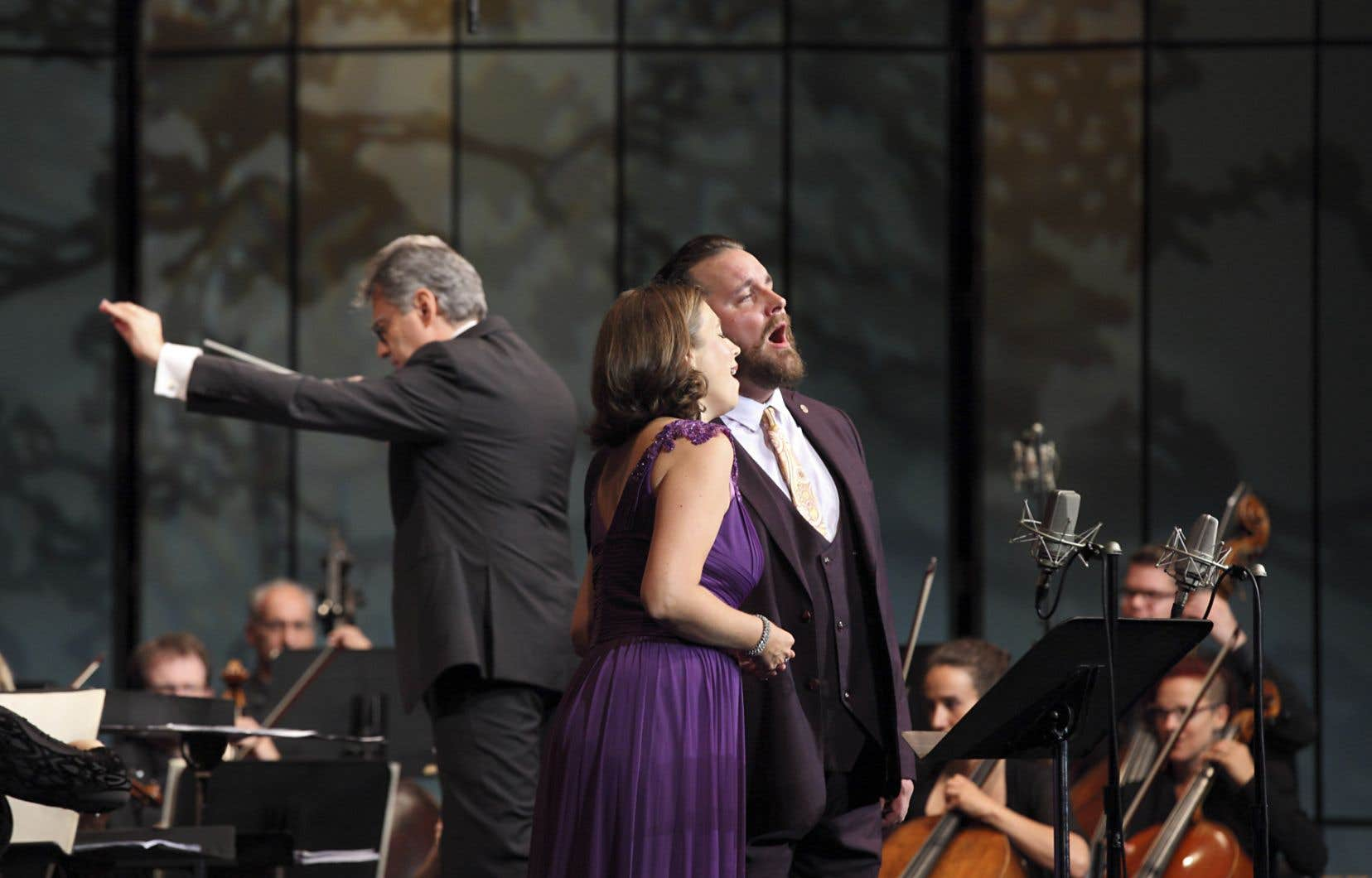 Le ténor Michael Spyres (à droite) y est allé d'un duo avec son épouse, la soprano Tara Stafford.