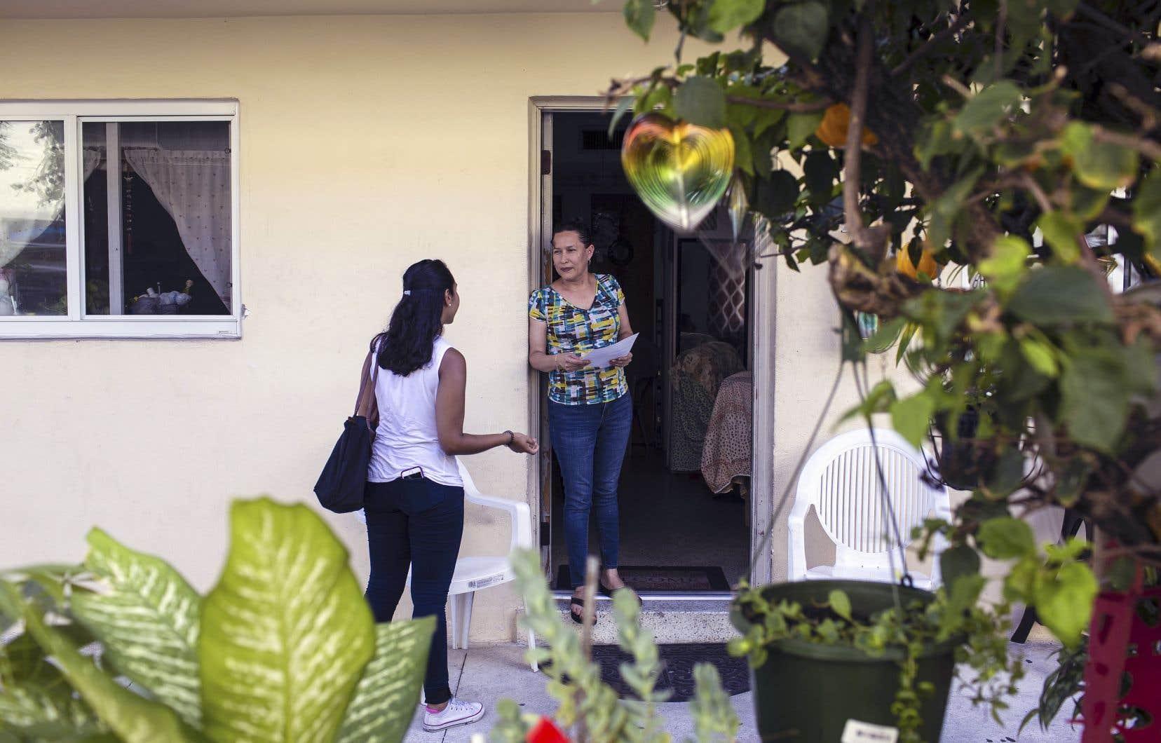 Samedi, une représentante de la Florida Immigrant Coalition allait de porte en porte pour informer les personnes en situation irrégulière de leurs droits.