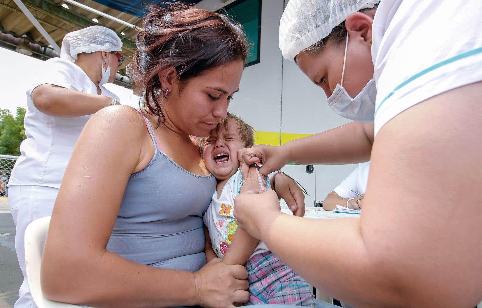 Un bébé vénézuélien est vacciné contre la rougeole.