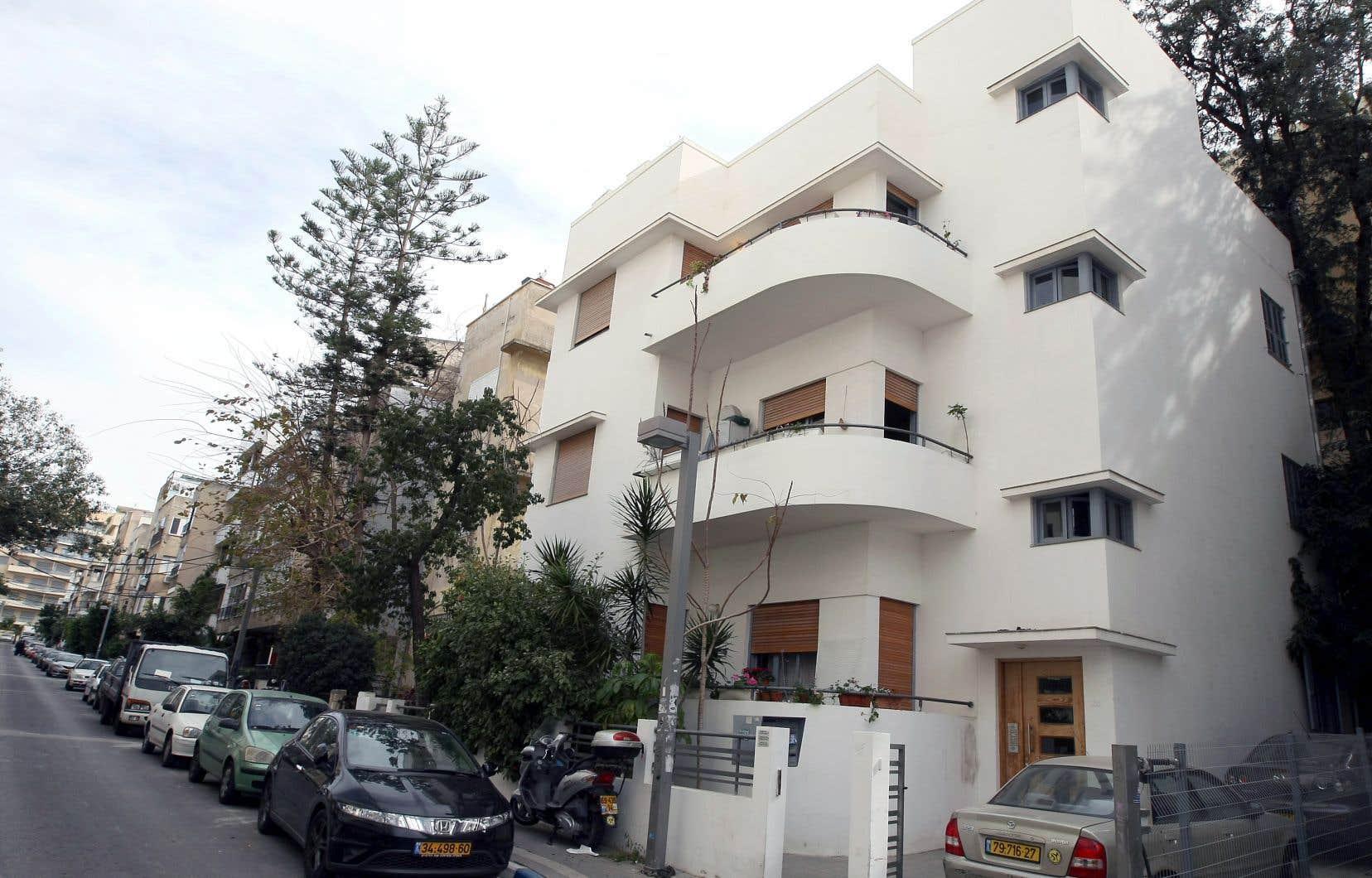 Les rues de la capitale israélienne, Tel-Aviv, comptent des milliers d'édifices aux formes géométriques et aux façades lisses et blanches comme celui-ci.