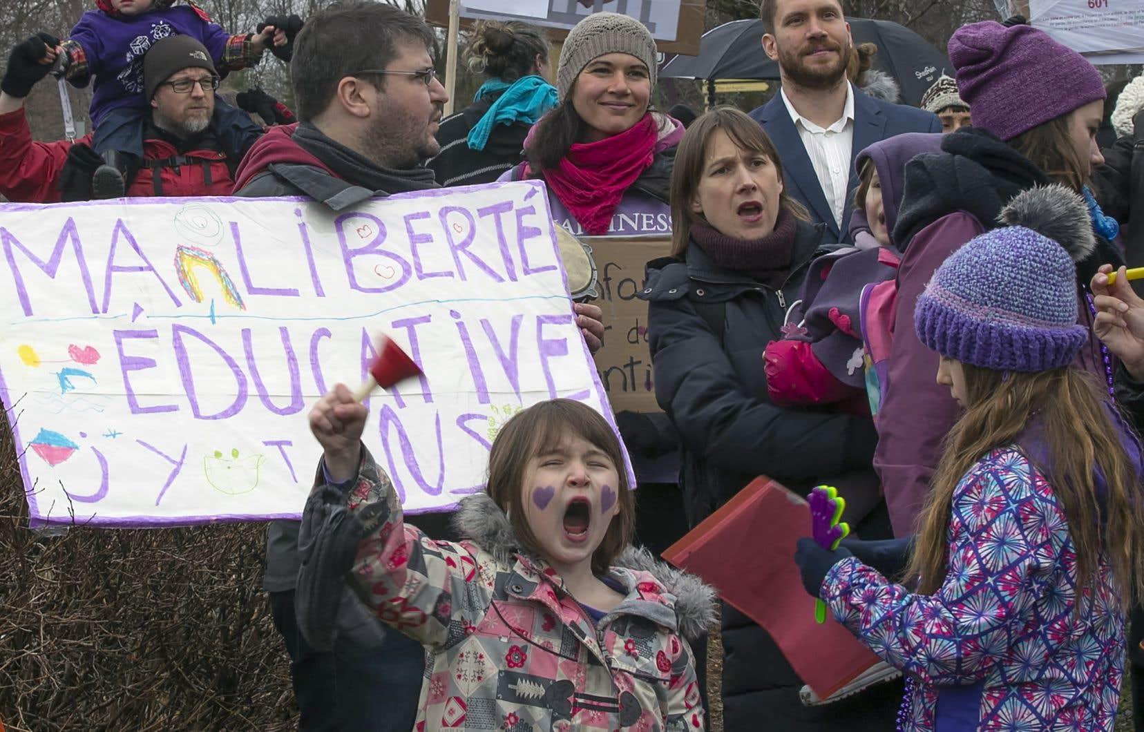 Des parents et des enfants avaient manifesté leur mécontentement devant les bureaux du ministre Roberge, à Chambly, en avril dernier.