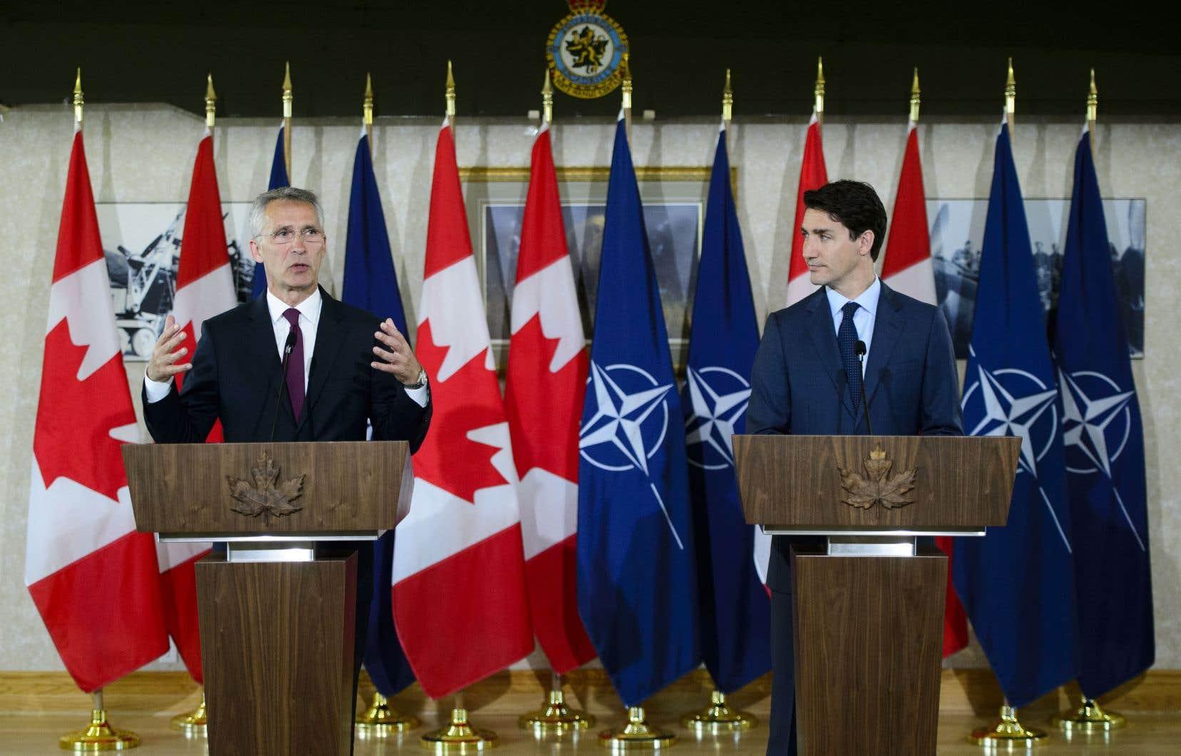 En conférence de presse avec le premier ministre Trudeau, lundi, M.Stoltenberg a incité le Canada à «redoubler d'efforts» dans ses dépenses militaires.