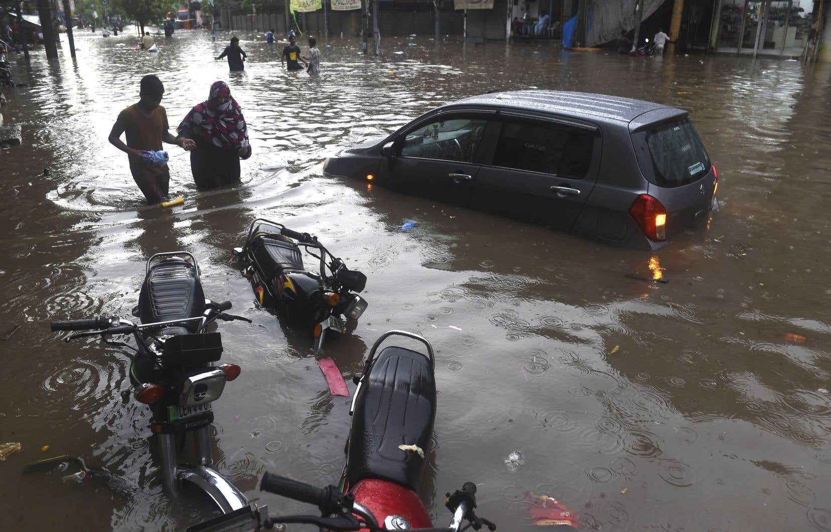 Dans le Cachemire pakistanais, les autorités ont fait état de 23 morts et de 120 maisons endommagées dans de brusques montées des eaux.