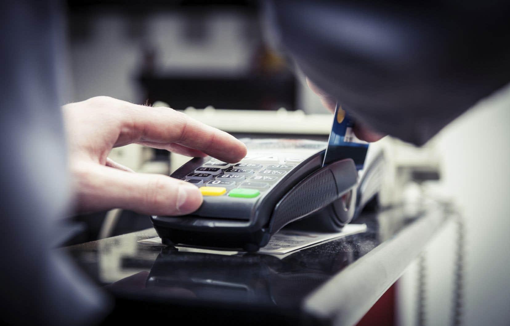 L'Union des consommateurs estime que les détenteurs de cartes de crédit seront gagnants en définitive, puisque le paiement de leur dette se fera plus rapidement.