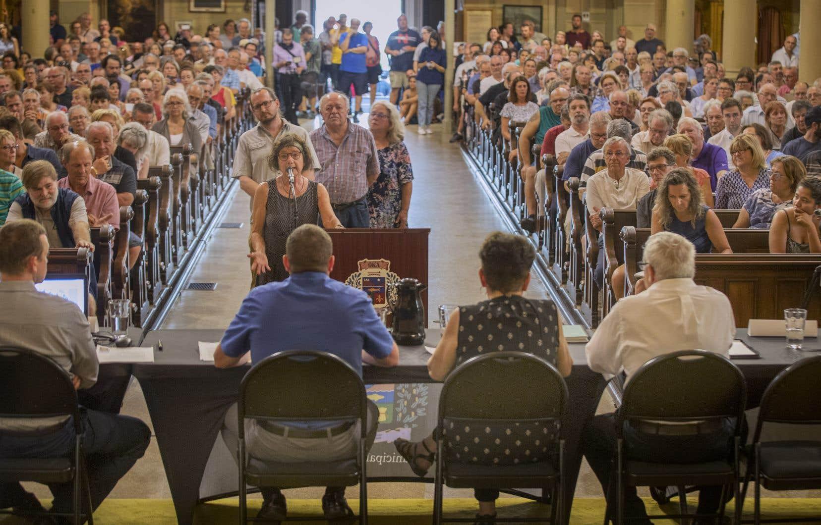 Le maire Quevillon a exposé son point de vue devant plus de 500 citoyens qui l'écoutaient attentivement avec en arrière son, le rythme des tam-tam des Mohawks venus manifester pacifiquement.