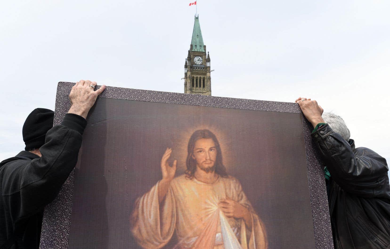 Une affiche du Christ brandie lors de la marche pour la vie qui s'est tenue le 9 mai dernier, devant le Parlement, à Ottawa.