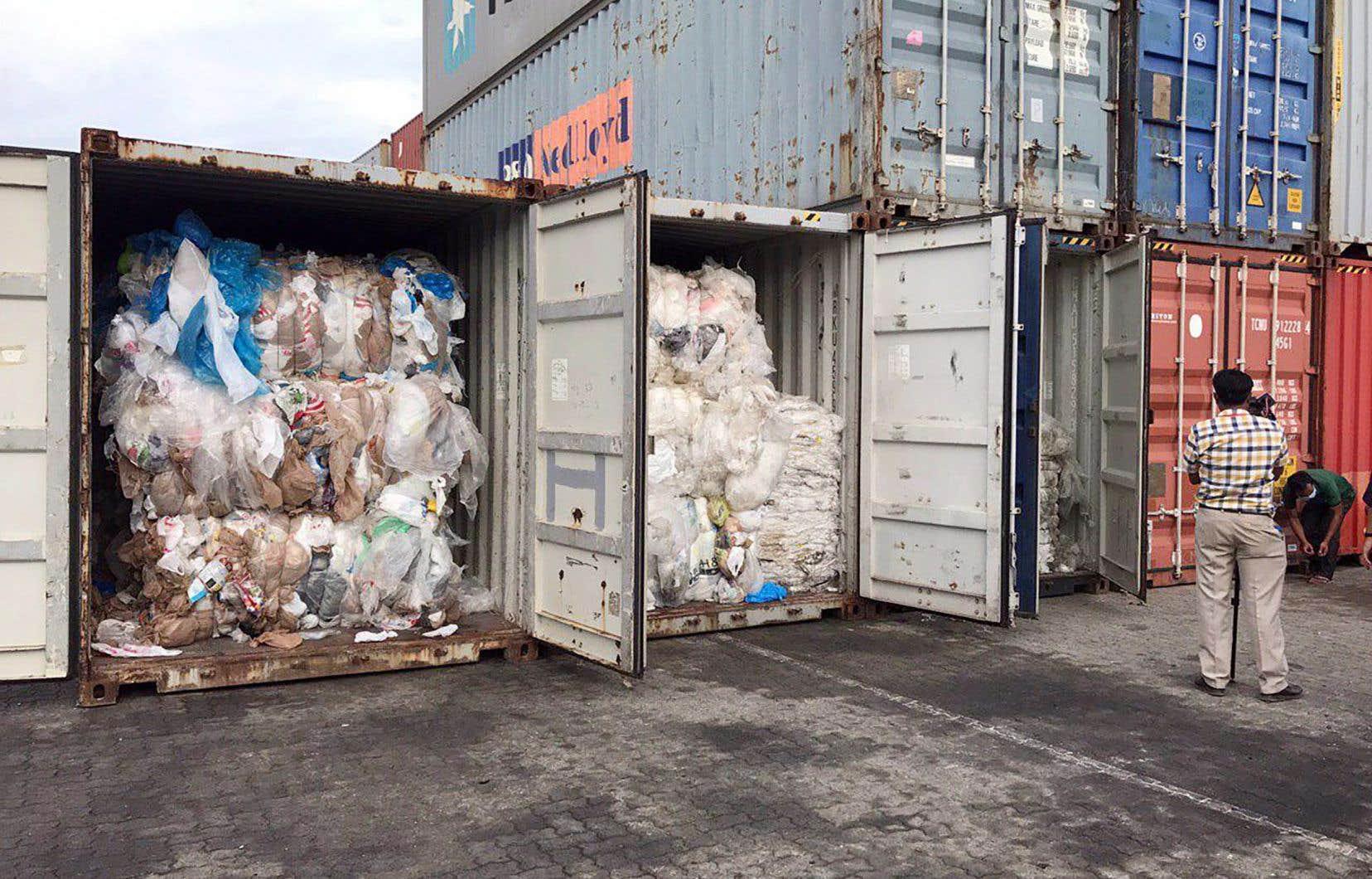Le porte-parole du ministère cambodgien de l'Environnement a déclaré que 83 conteneurs remplis de déchets plastiques provenant des États-Unis et du Canada ont été retrouvés dans le port de Sihanoukville.