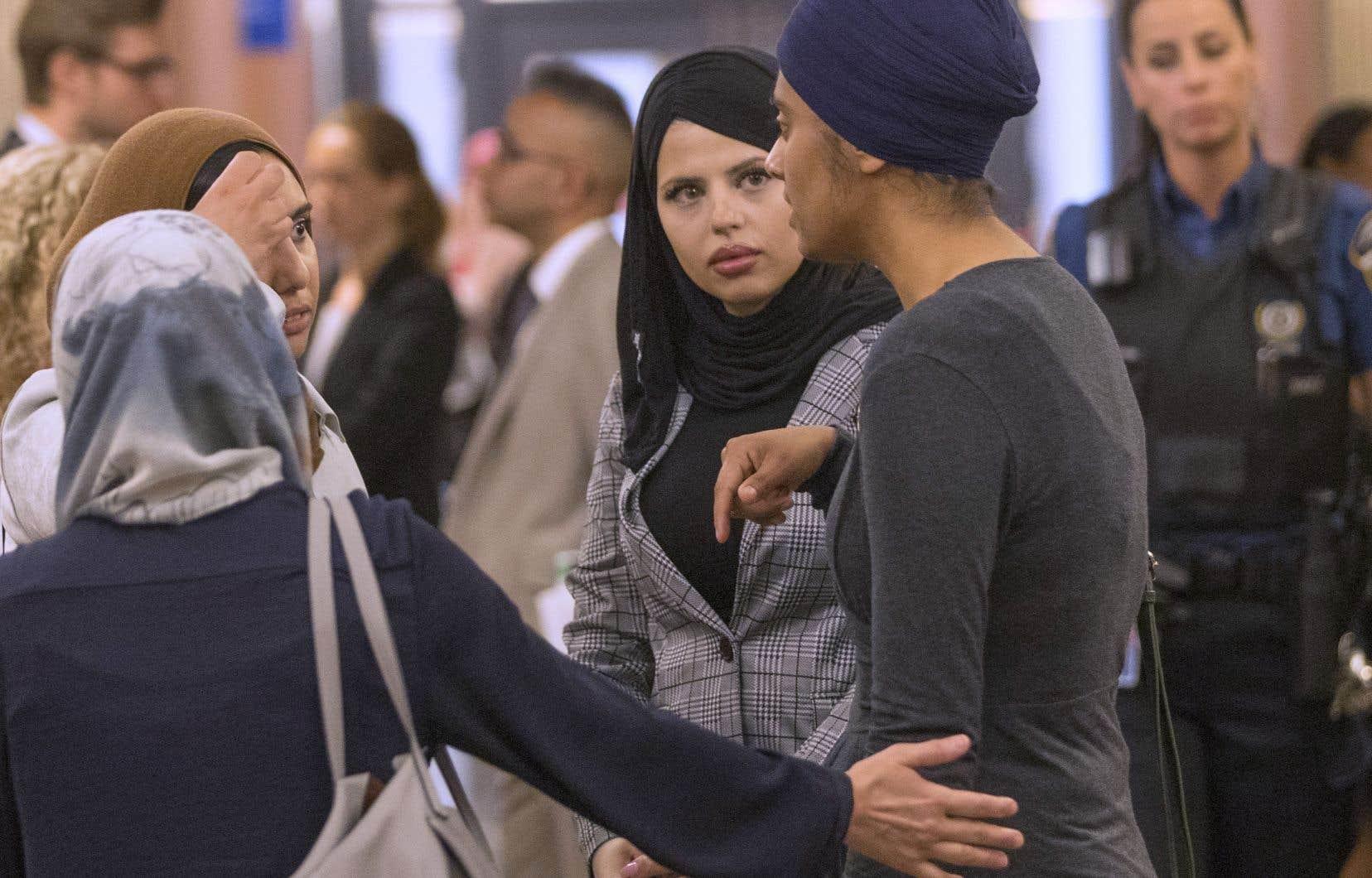 Le Conseil national des musulmans canadiens (CNMC) et l'Association canadienne des libertés civiles (ACLC) s'étaient adressés à la Cour supérieure pour que deux articles portant sur le port de signes religieux ne s'appliquent pas.