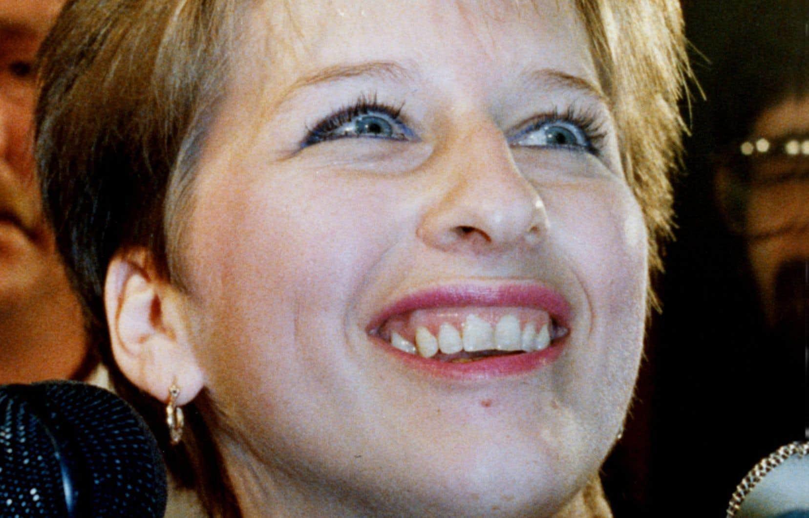 Chantal Daigle est tout sourire alors qu'elle quitte le palais de justice de Québec, le 19 juillet 1989, après avoir obtenu le droit de faire appel d'une injonction l'empêchant de se faire avorter.