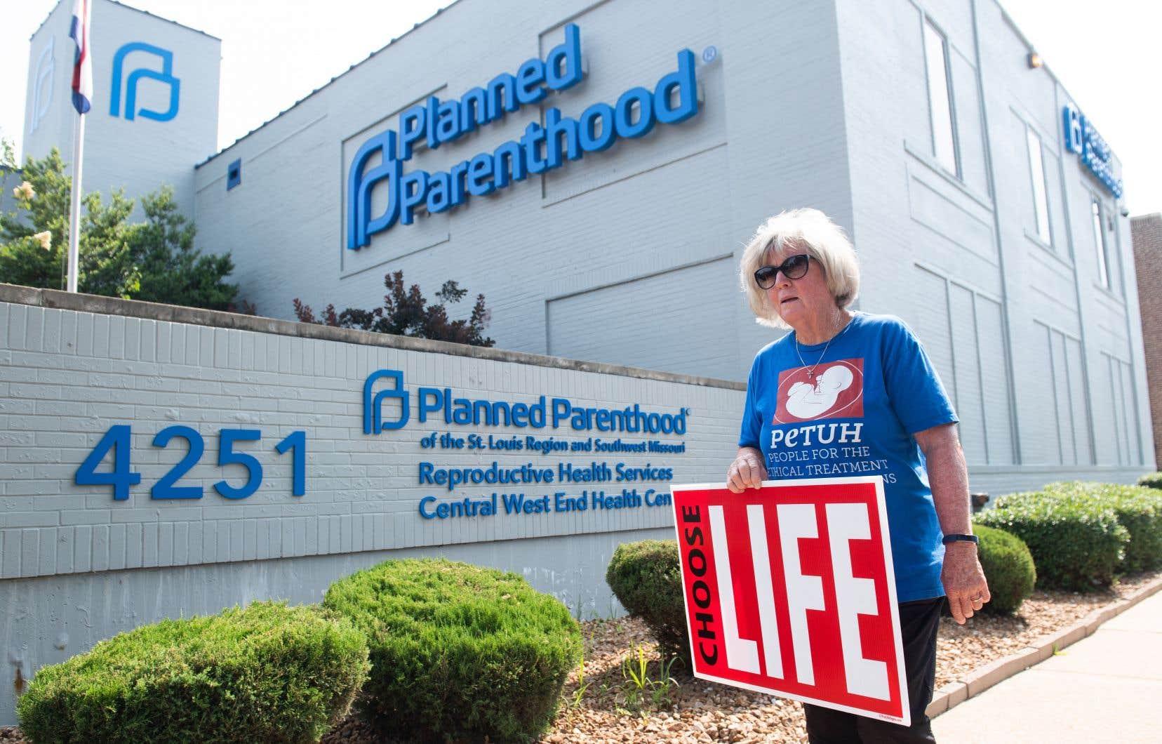 Une manifestante pro-vie proteste contre l'avortement devant les bureaux de Planned Parenthood, un organisme états-unien qui dispense une pluralité de services aux femmes.
