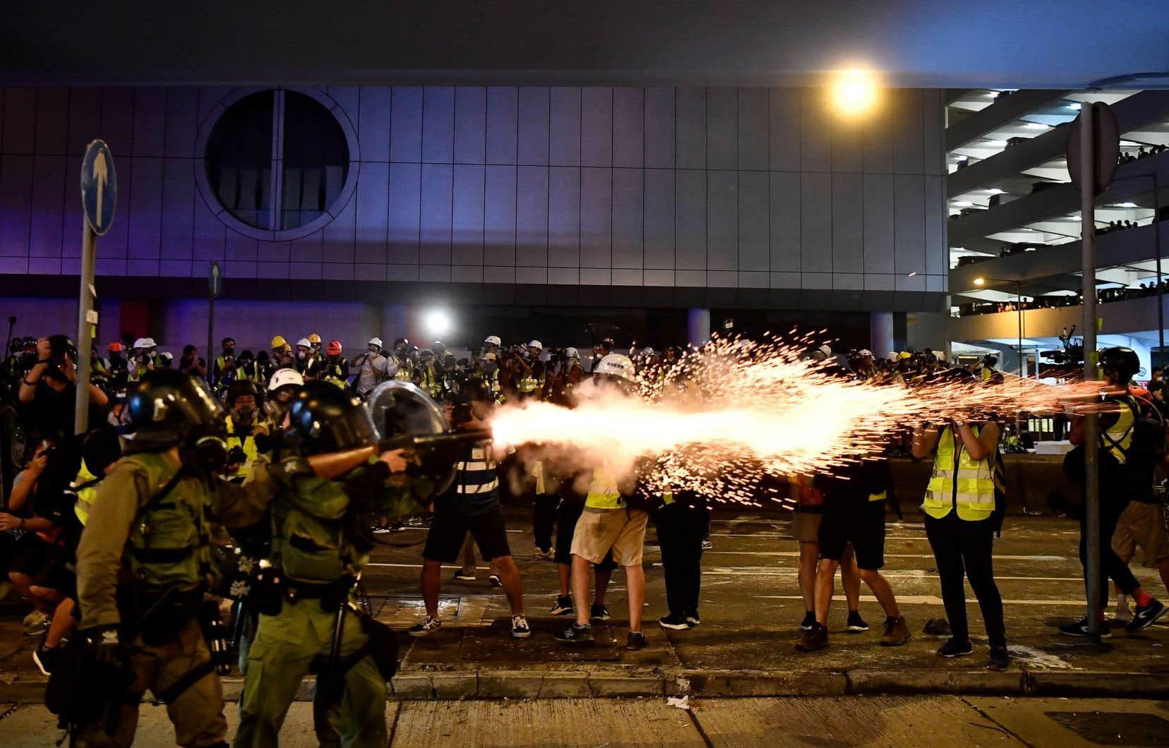 La police anti-émeute a fait usage de gaz lacrymogène et tiré des balles en catoutchoucpour disperser des groupes de protestataires.