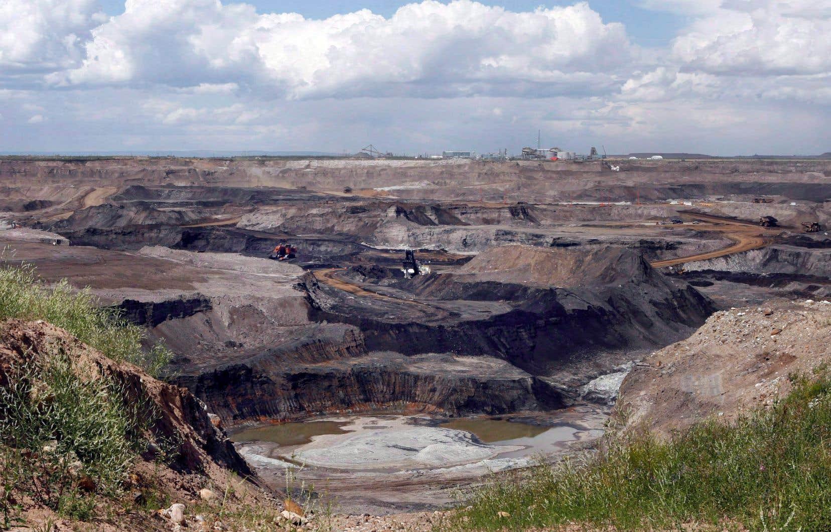 Si les partis politiques veulent être pris au sérieux, ils doivent avoir l'audace de mettre en avant des politiques proactives et courageuses en matière d'environnement, estime l'auteur de ces lignes. Sur la photo, un site d'exploitation des sables bitumineux en Alberta.
