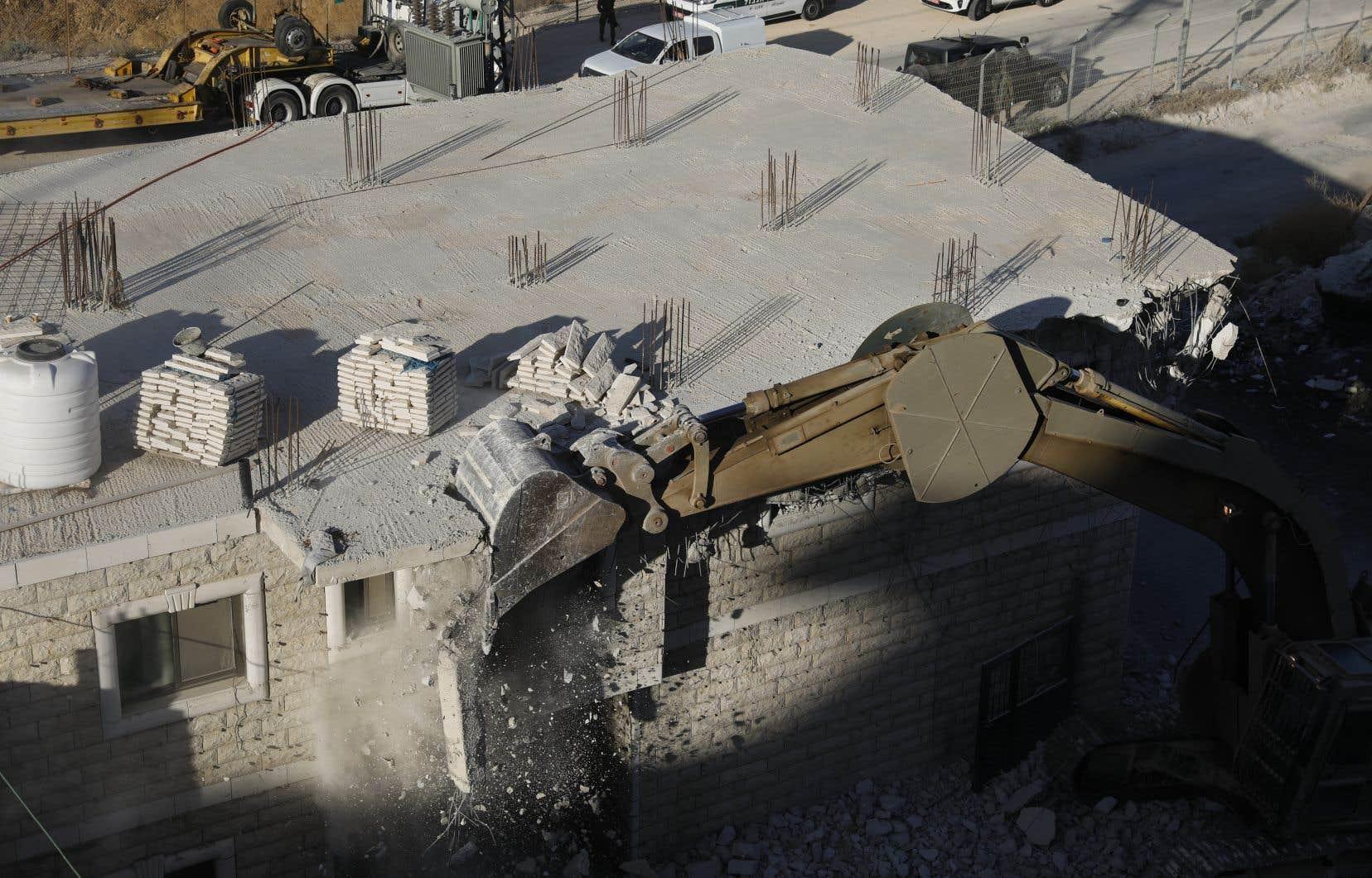 Les forces israéliennes ont commencé à démolir lundi matin des maisons palestiniennes considérées comme illégales au sud de Jérusalem.