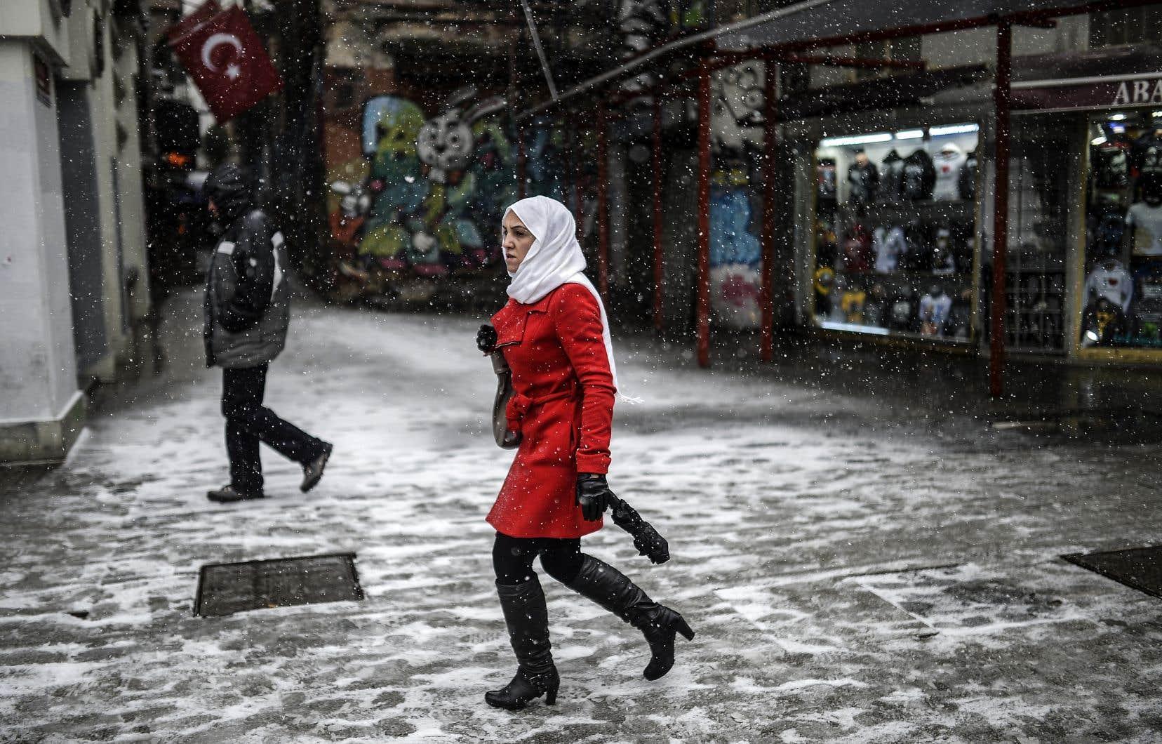En Turquie, une nouvelle génération de femmes voilées et scolarisées veut avoir un style de vie inspiré de la classe moyenne, constate l'anthropologue Jenny White, de l'Université de Stockholm.