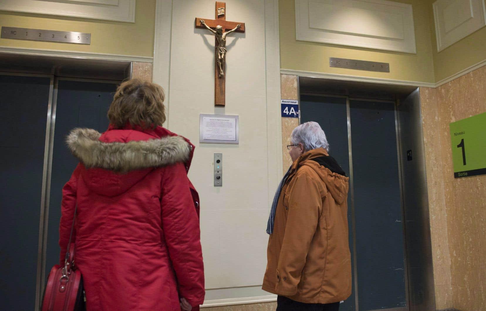 Le crucifix, symbole religieux chrétien exposé dans les hôpitaux, les classes de cours,etc. représente notre patrimoine et non pas notre foi, estime l'auteure.
