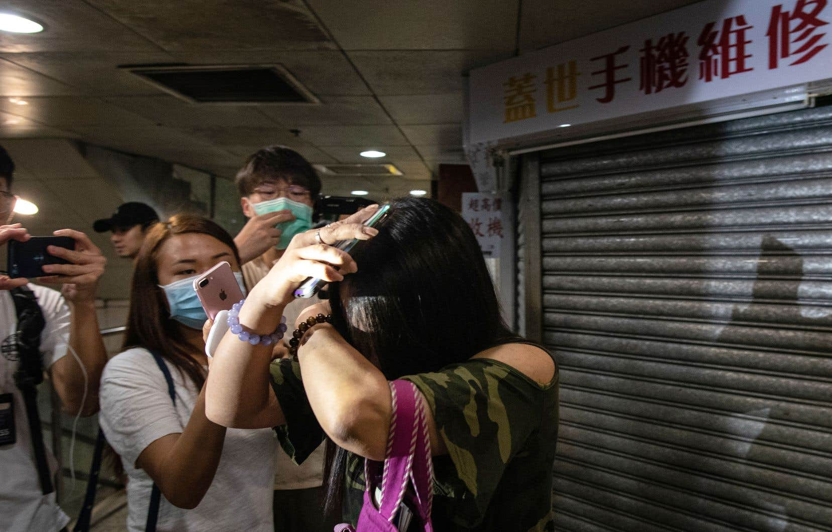 Soupçonnés d'appartenir à des triades criminelles, les agresseurs, armés de bâtons de bambou et de barres de fer, s'en sont pris à des manifestants prodémocratie, des passants et des journalistes.