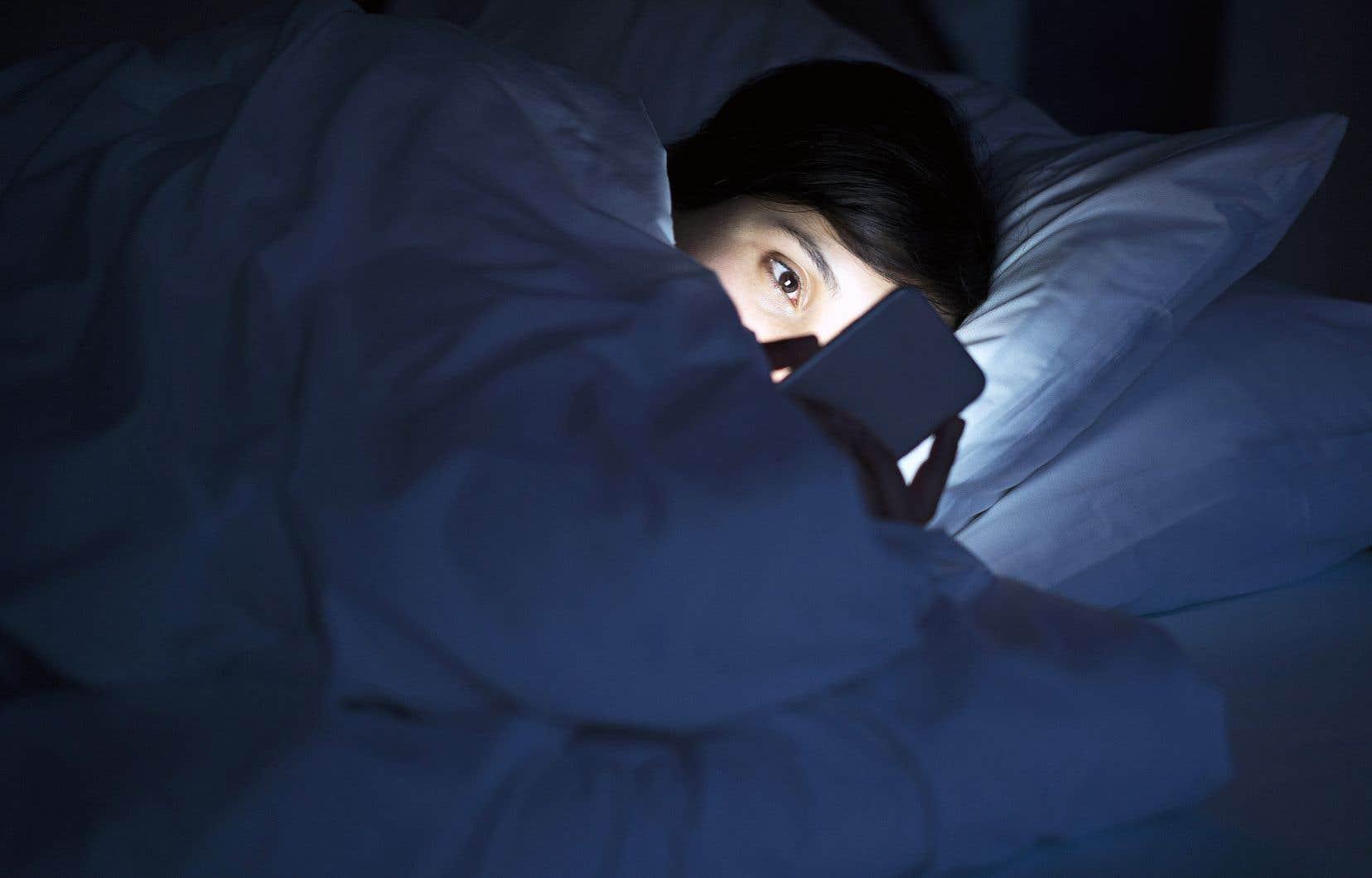 La mobidépendance, qui touche en particulier les jeunes, se manifeste par un usage compulsif du téléphone intelligent.