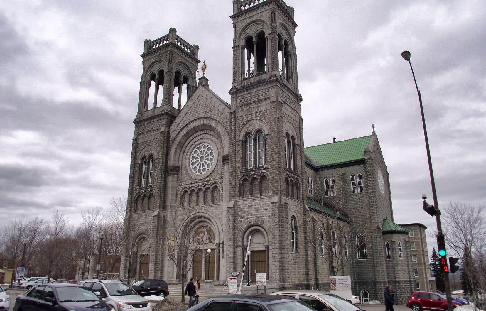 Selon le directeur administratif de la paroisse dont fait partie l'église du Très-Saint-Sacrement, les deux clochers, une cheminée et une grande rosace sont sévèrement fragilisés, et des fissures auraient été décelées ailleurs dans le bâtiment.