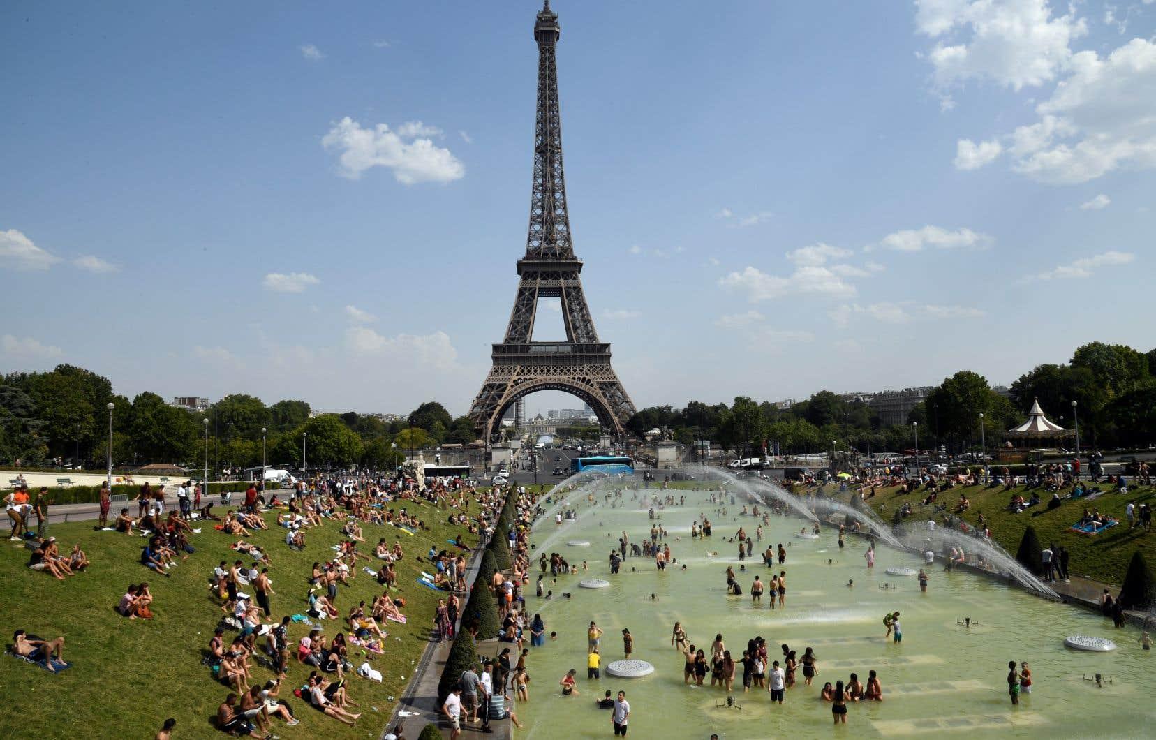 Les Parisiens ont pris d'assaut les fontaines du Trocadéro, près de la Tour Eiffel, pour tenter de se rafraîchir, jeudi.