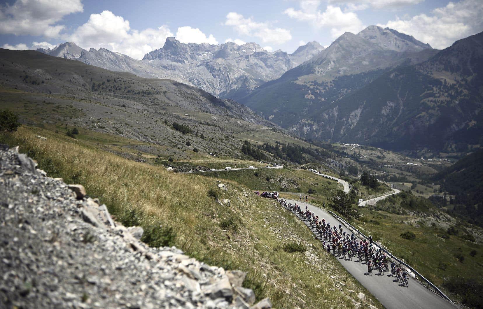 Le peloton, sur la route entre les communes d'Embrun et de Valloire, en Savoie