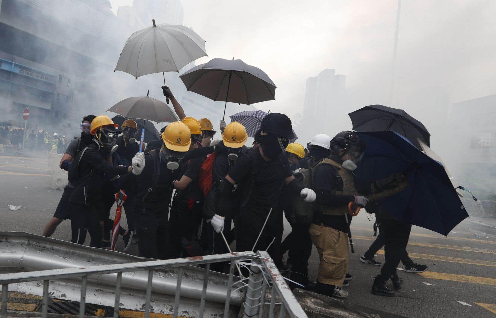 Les rues de Yuen Long ont été envahies par une mer de manifestants portant des parapluies.