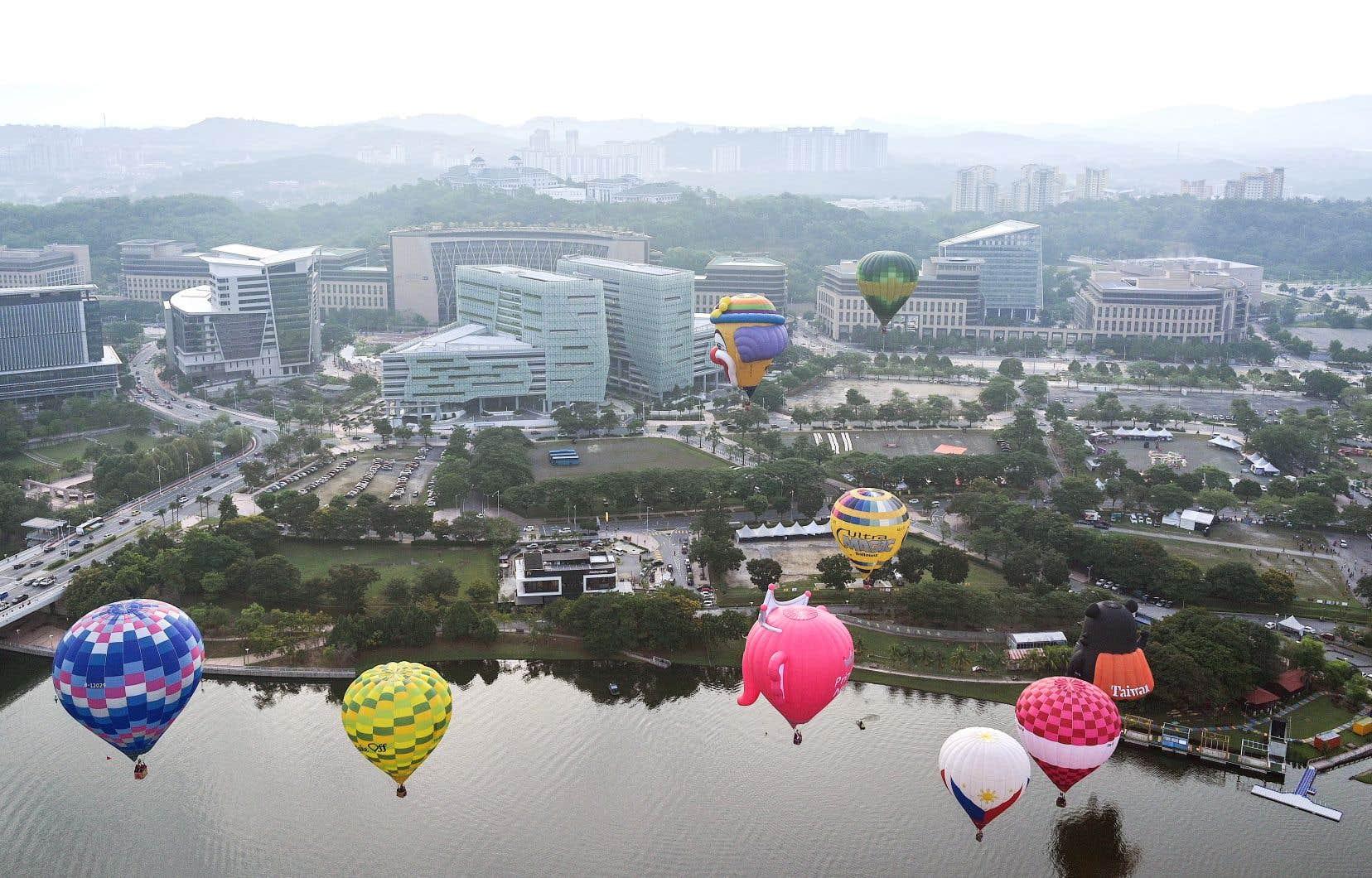 Des montgolfières flottant au-dessus de Putrajaya, la nouvelle capitale administrative de Malaisie
