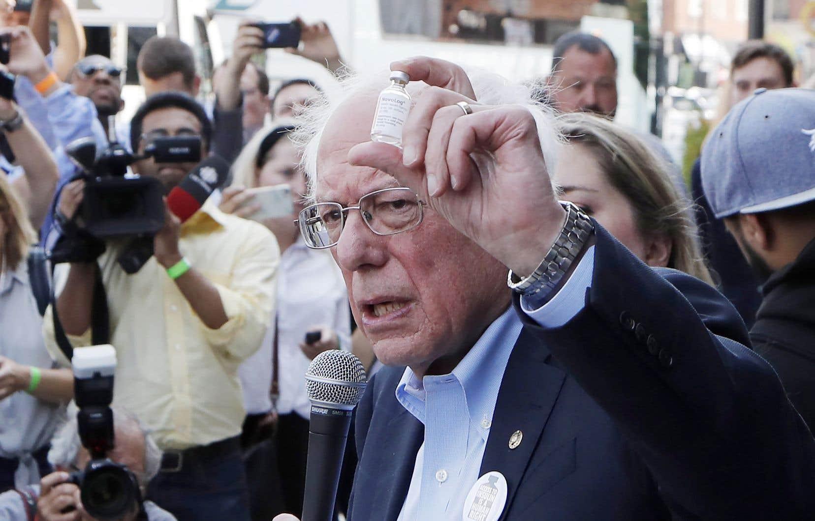 Bernie Sanders tenait un flacon d'insuline, dimanche, lorsqu'il s'est adressé aux médias devant une pharmacie de Windsor.