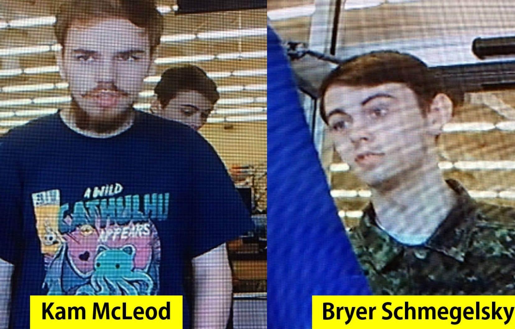 Les deux fugitifs, Kam McLeod et Bryer Schmegelsky, sont suspectés de meurtres commis en Colombie-Britannique.