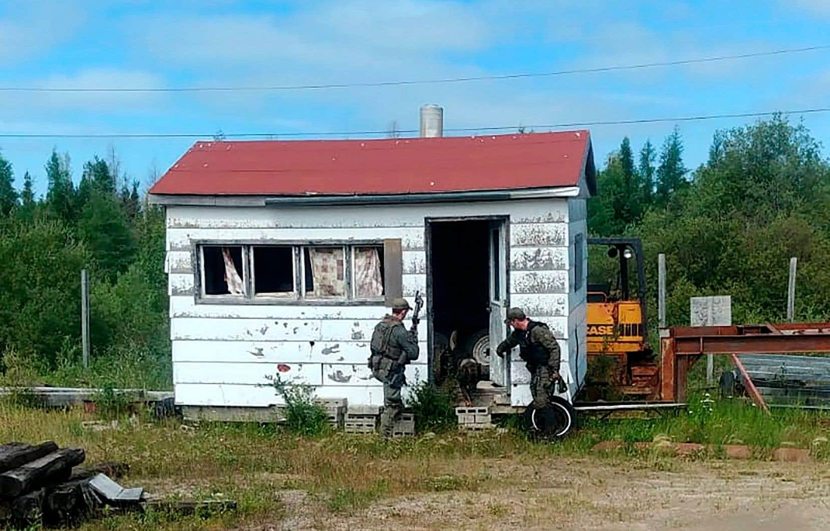 Les policiers de la GRC examinent toutes les maisons, abris et bâtiments dans le secteur où pourraient se cacher les deux fugitifs.