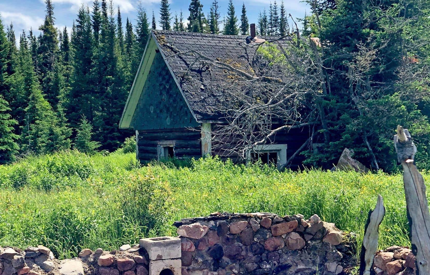 La fondation de pierres d'une maison datant de 1945 gît le long du chemin des Poteaux. Derrière, une maisonnette datant de 1928 s'enfonce petit à petit dans le sol.