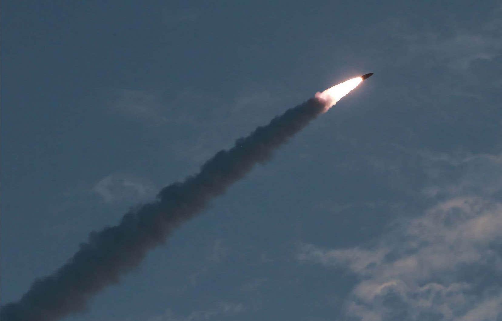 Les deux projectiles tirés mercredi par la Corée du Nord dans la mer du Japon étaient des missiles balistiques, selonl'armée sud-coréenne. Sur la photo, un missile de «courte portée» lancé par la Corée du Nord, le 25 juillet dernier.