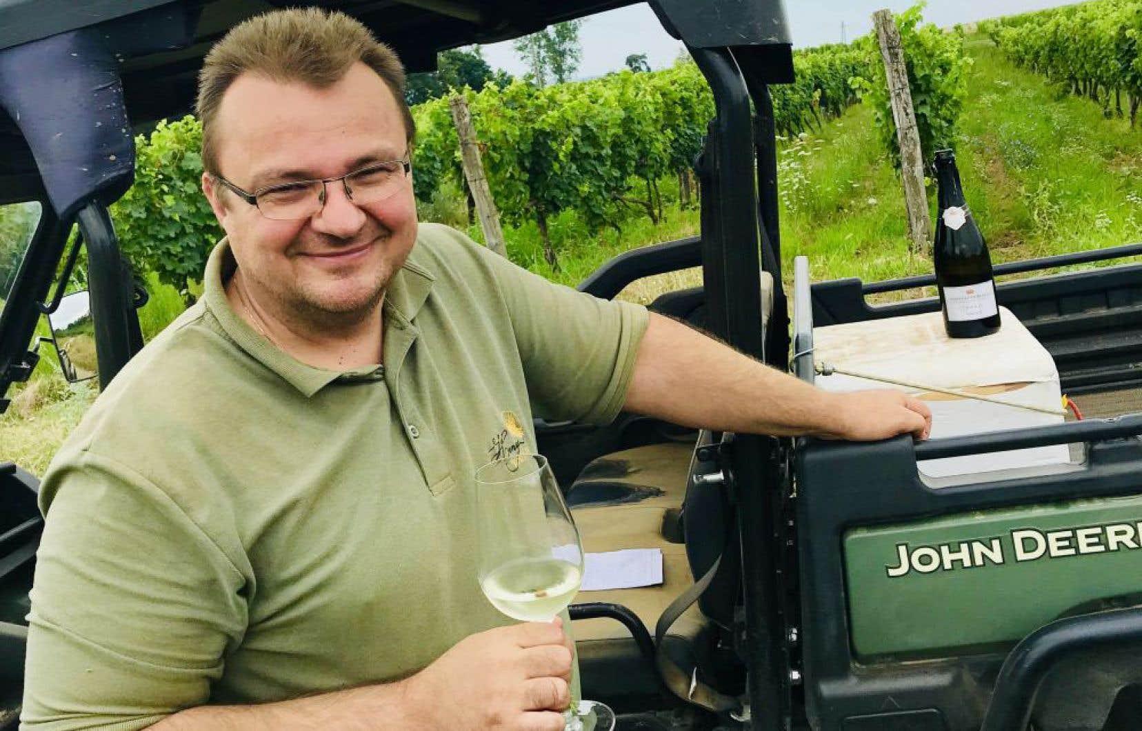 Le sympathique directeur du Château Dereszla, Kalocsai Laszlo, reprenant ici son souffle lors de l'une de nos nombreuses «pauses-buvettes» dans son vignobles.