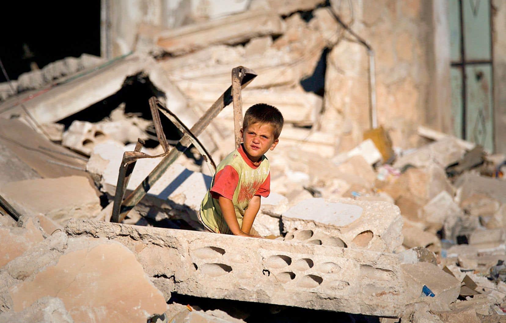 Un enfant dans les ruines d'Idleb