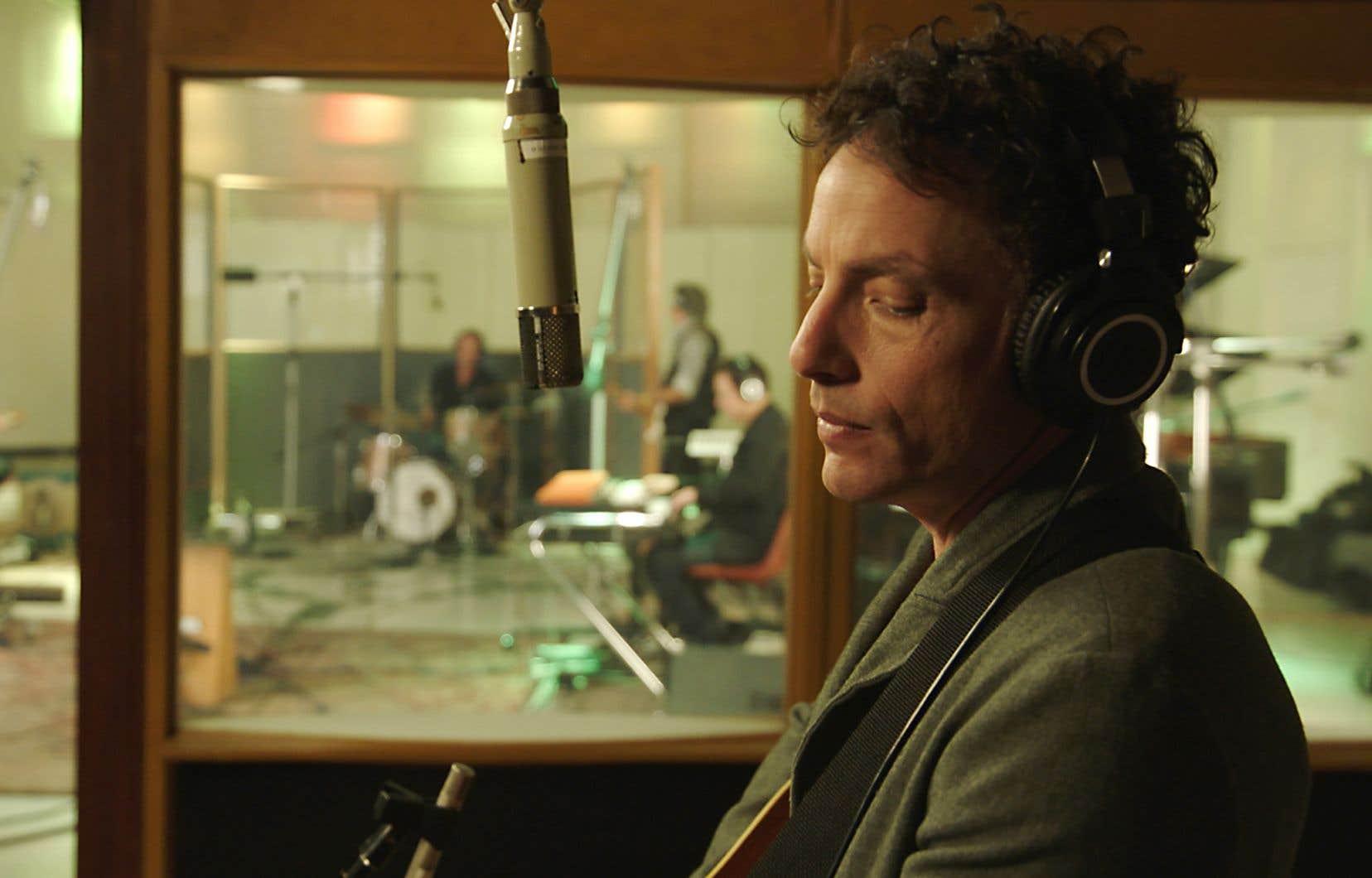 Non seulement Jakob Dylan ne sait pas interviewer, mais il peine à se montrer intéressé.