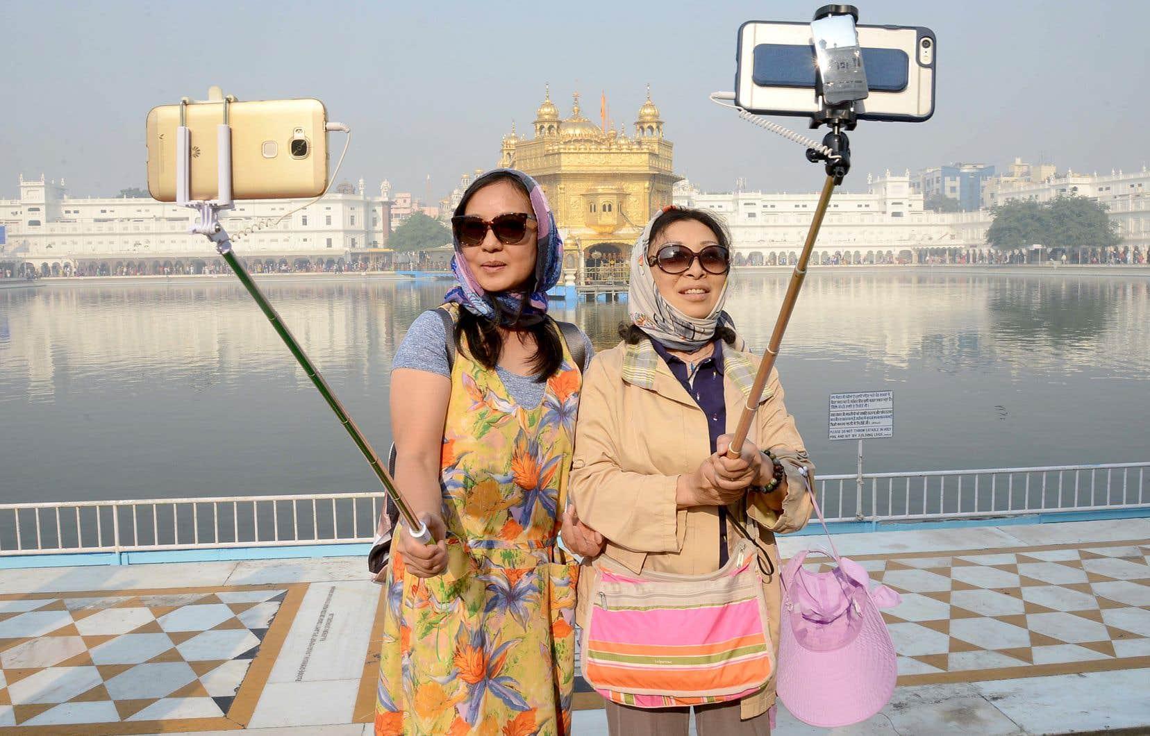 Deux touristes chinoises à Amritsar, en Inde. Une des mégatendances en tourisme sera le doublement des dépenses de la classe moyenne de 2015 à 2030, mais qui sera de plus en plus issue des économies émergentes, comme la Chine et l'Inde, et qui demandera qu'on s'adapte à ses intérêts et à ses besoins.