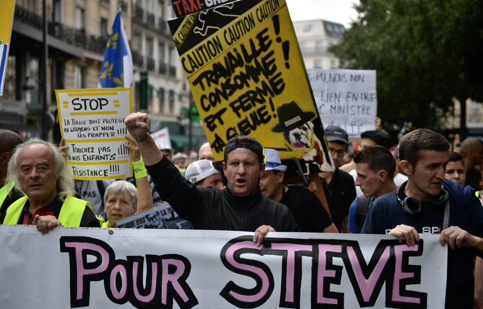 Dans la capitale française, une centaine de personnes, parfois vêtues de gilets jaunes, ont rendu hommage à Steve Maia Caniço.