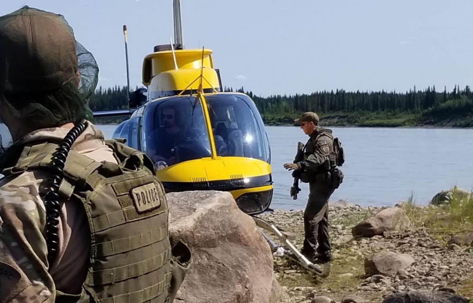 Des agents effectuant des recherches par hélicoptère en vue de retrouver les deux jeunes fugitifs ont repéré une embarcation en aluminium endommagée sur les rives du fleuve Nelson, dans le nord-est du Manitoba, a indiqué la GRC, dimanche.