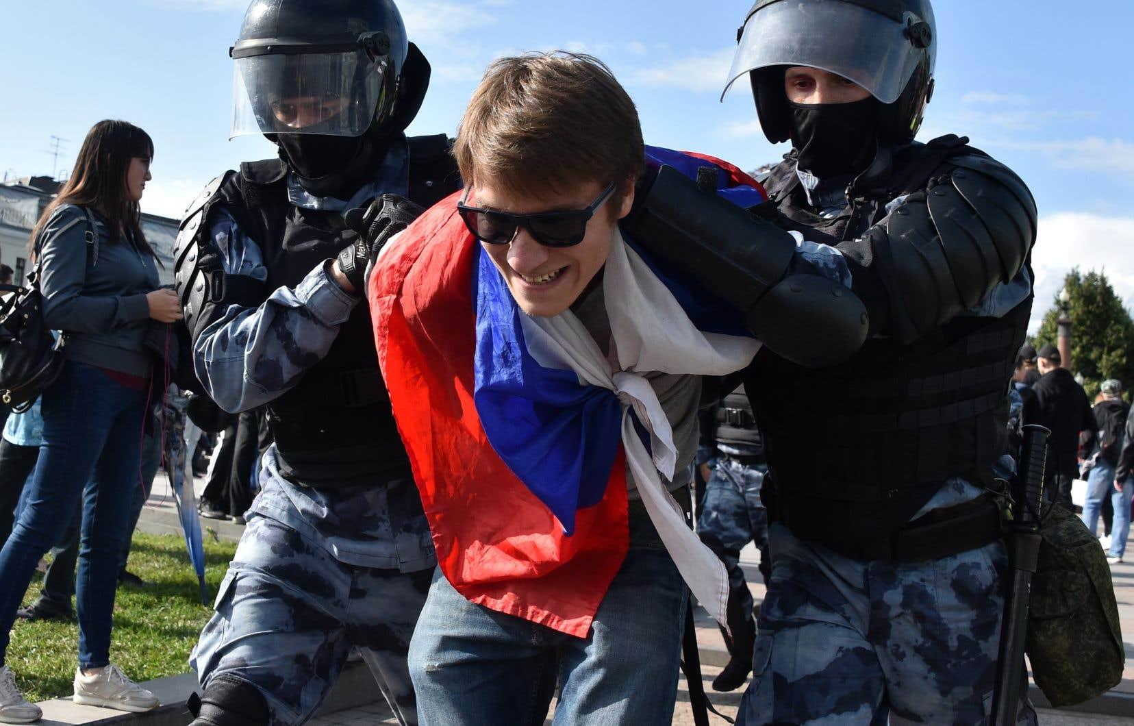 Des militaires de la Garde nationale russe arrêtent un participant à un rassemblement non autorisé. Ce rassemblement est le dernier d'une série de manifestations après que les responsables eurent refusé de laisser les candidats de l'opposition populaire se présenter aux élections le mois prochain.
