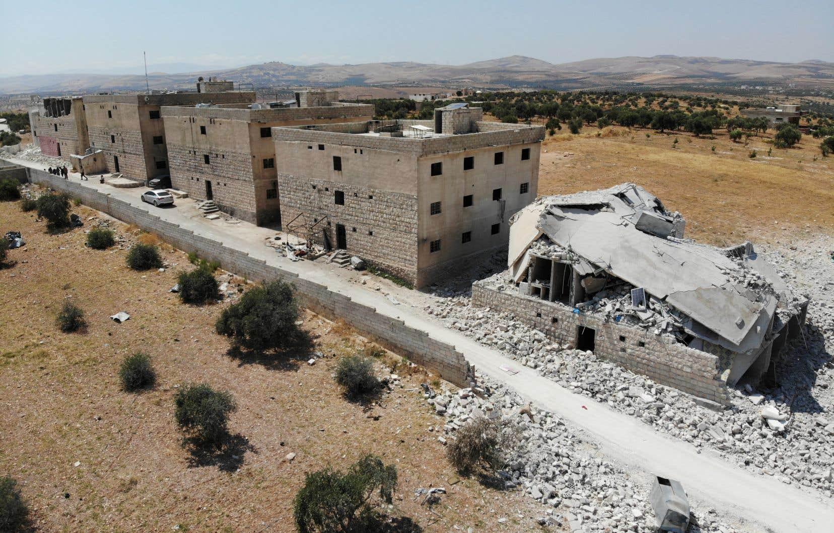 Cette vue aérienne, prise le 5 août dernier, montre des bâtiments endommagés et détruits dans la ville de Maaret Hurmah, dans la campagne du sud de la province d'Idleb, au nord-ouest de la Syrie.