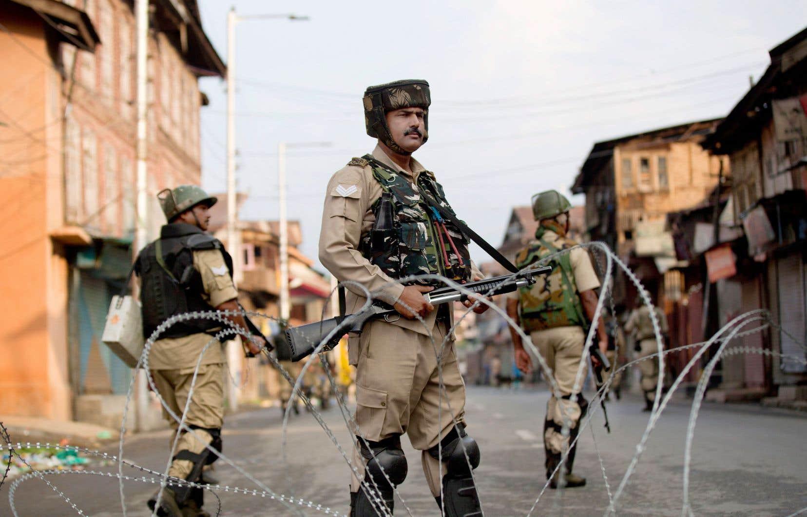 Des paramilitaires indiens montent la garde pendant le couvre-feu à Srinagar, une grande ville du Cachemire sous contrôle indien.