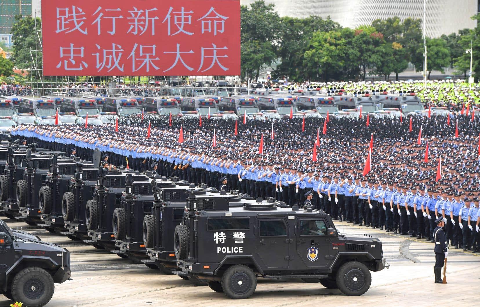 L'exercice, qui s'est déroulé mardi à Shenzhen, la métropole de Chine continentale frontalière du territoire semi-autonome hongkongais, était largement commenté mercredi sur les réseaux sociaux.