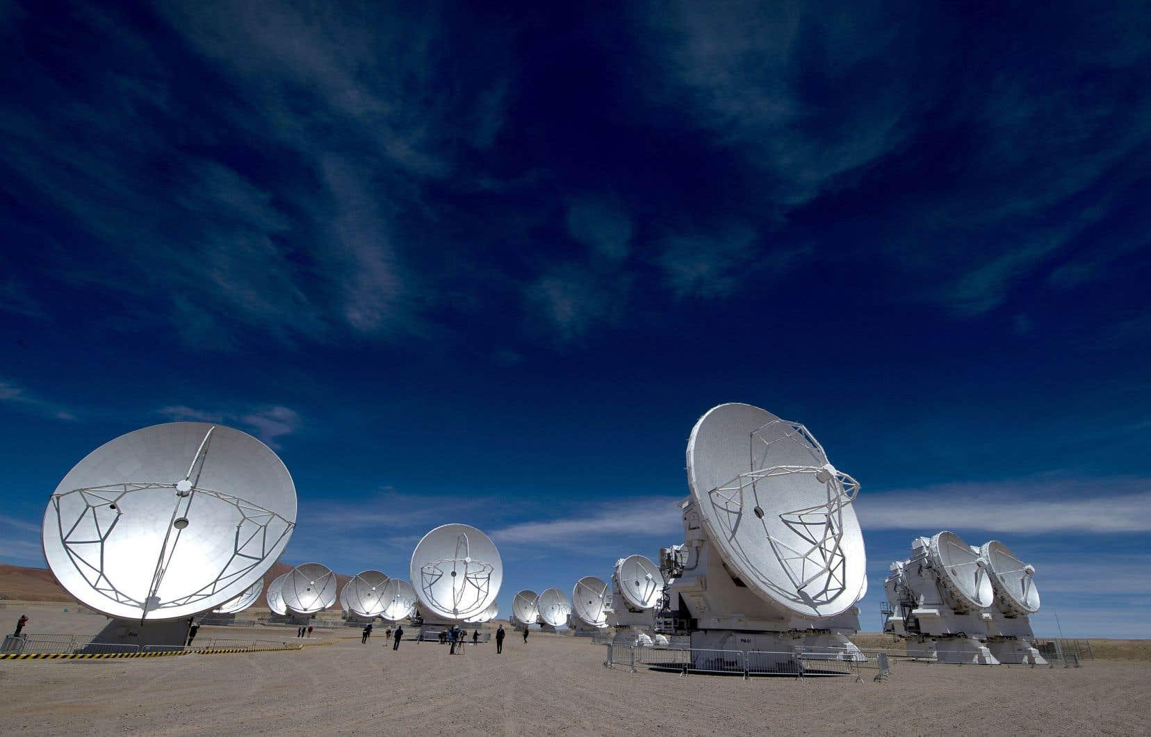 Implanté dans le désert de l'Atacama à 5000 mètres d'altitude, ALMA est un radiotélescope très puissant composé de 66 antennes de grande précision.