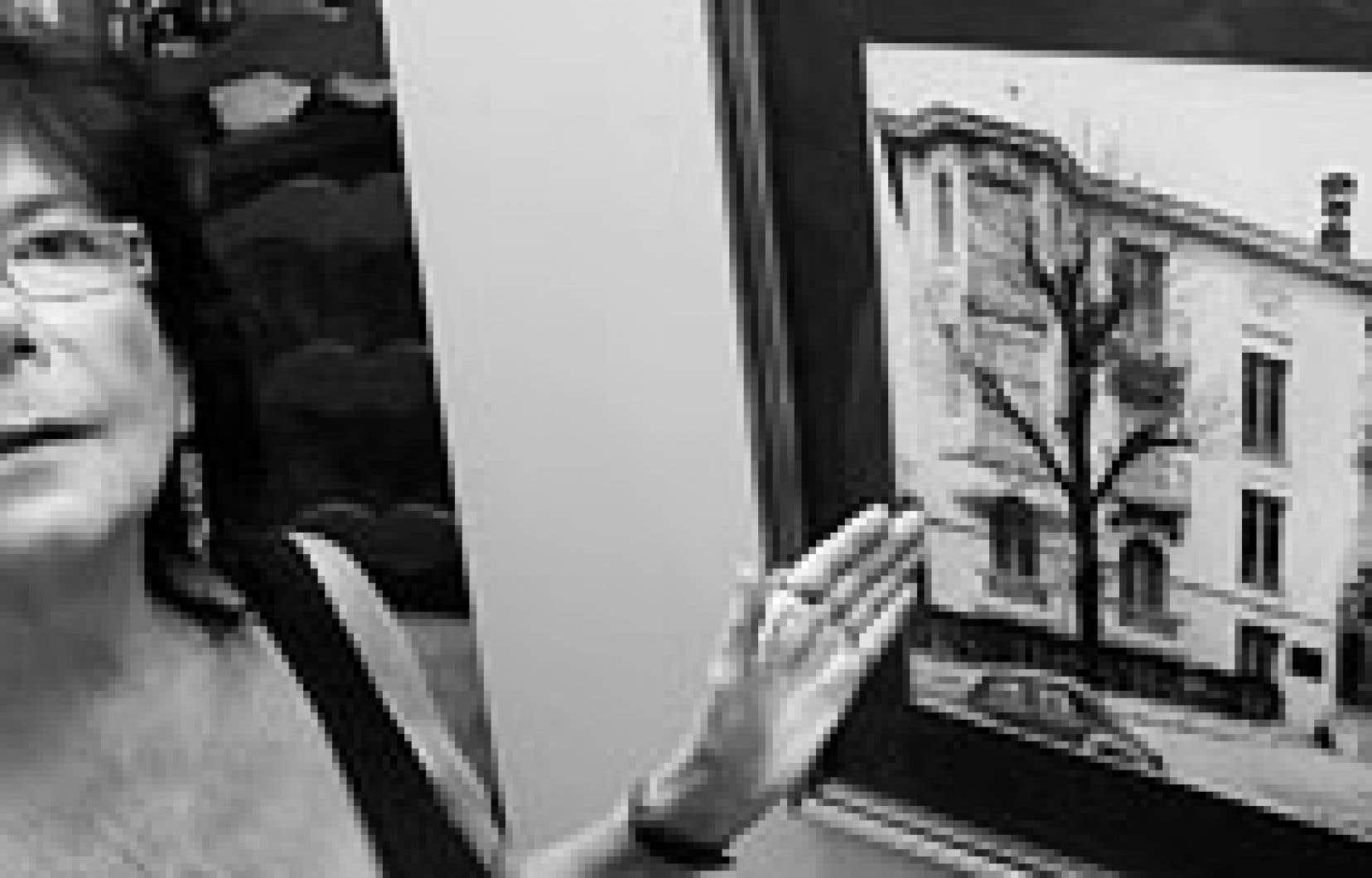 Minou Petrowski montre une photo de la maison où elle est née, à Nice.